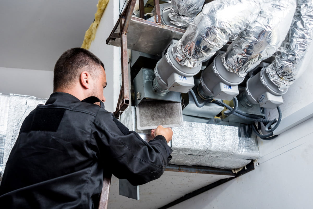 Duct cleaning 101: Easy DIY task or time for a professional? | 21Oak