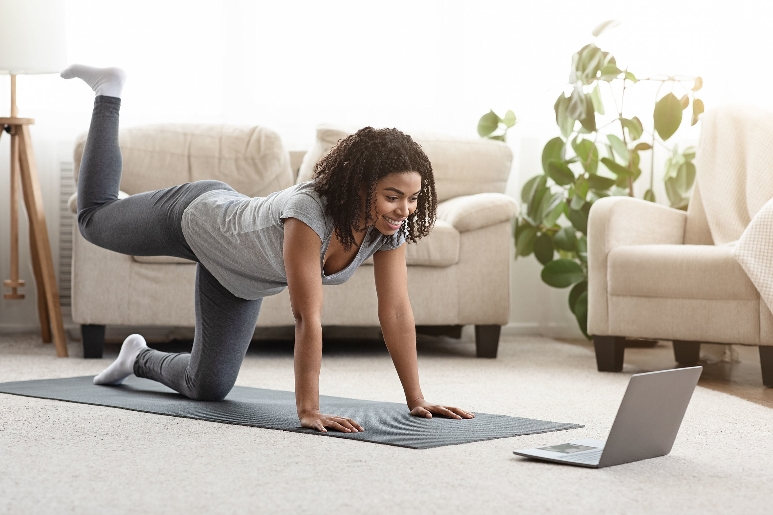 woman doing a core workout at home