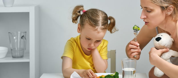 Child not liking vegetables at dinner with mother